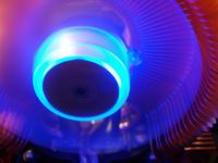Процессорный кулер Zalman CNPS-9500A LED в работе (крупным планом)